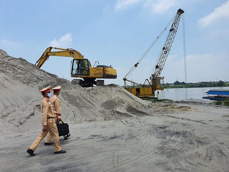 Lực lượng chức năng kiểm tra một điểm tập kết vật liệu xây dựng ở Thường Tín