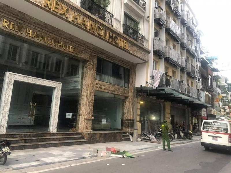 Hiện trường nơi người đàn ông mặc đồ trắng nhảy từ nóc khách sạn xuống đất
