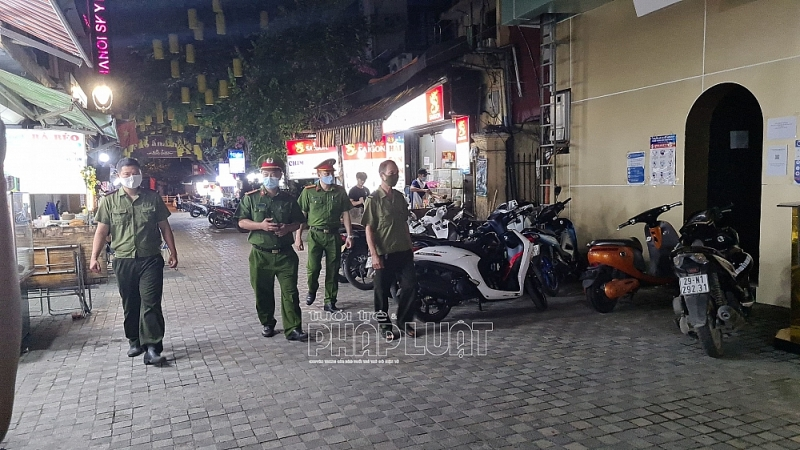 Lực lượng chức năng trên địa bàn quận Hoàn Kiếm tuần tra, kiểm soát địa bàn