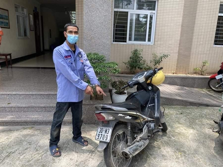 Tổ tuần tra phòng chống Covid-19 bắt đối tượng trộm cắp xe máy