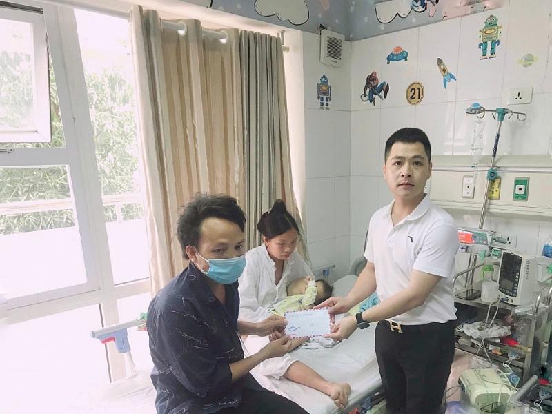 Anh Trọng thăm tặng quà cho trẻ mắc bệnh hiểm nghèo tại bệnh viện