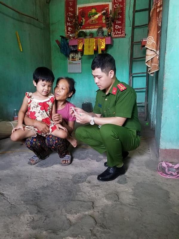 Hình ảnh người cán bộ công an mê thiện nguyện trong một lần hoạt động tình nguyện của tuổi trẻ Công an Lạng Sơn