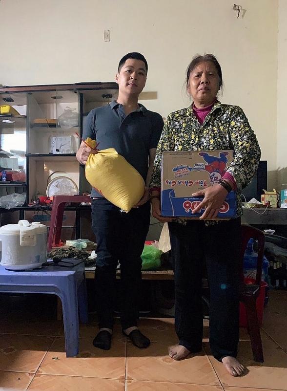 Anh Trọng trong một lần từ thiện tặng quà cho người có hoàn cảnh khó khăn