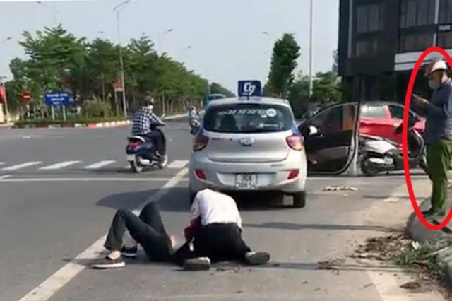 Cảnh cáo cán bộ công an đứng nhìn tài xế taxi vật lộn với tên cướp
