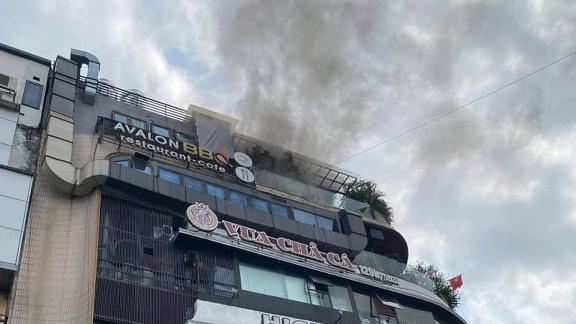 """Hà Nội: Dập tắt đám cháy trên nóc toà nhà """"Hàm cá mập"""""""