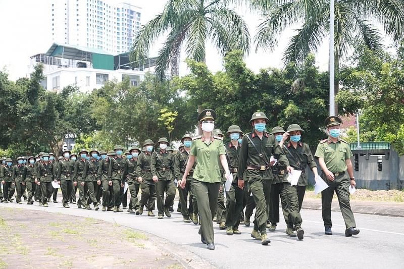 Các chiến sĩ Công an nghĩa vụ TP Hà Nội tập trung đi bỏ phiếu ngay từ đầu giờ chiều 23/5