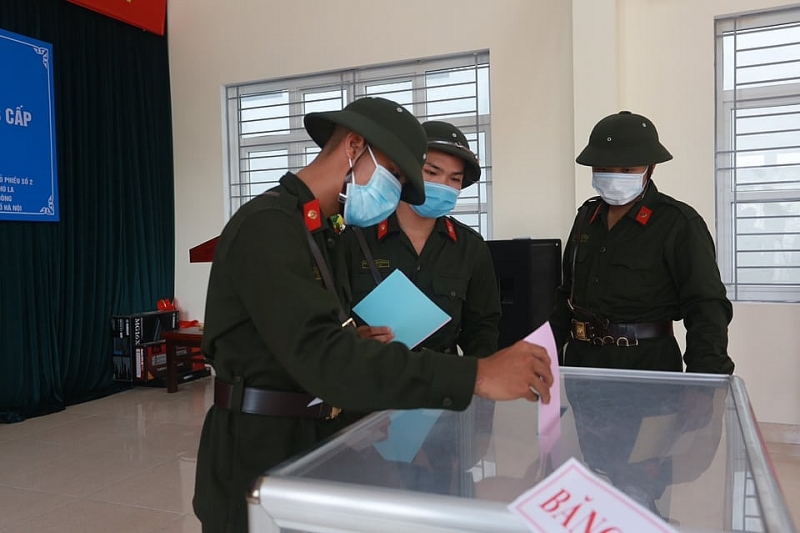 Đây là lần đầu tiên các tân binh này được bỏ phiếu trong màu áo lính nên cảm giác khá xúc động