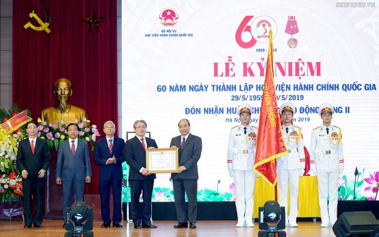 thu tuong chinh phu trao huan chuong lao dong hang nhi cho hoc vien hanh chinh quoc gia