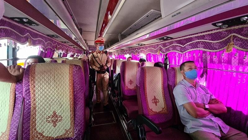 Cán bộ Đội CSGT số 7 kiểm tra phương tiện vận tải hành khách về công tác phòng, chống dịch bệnh