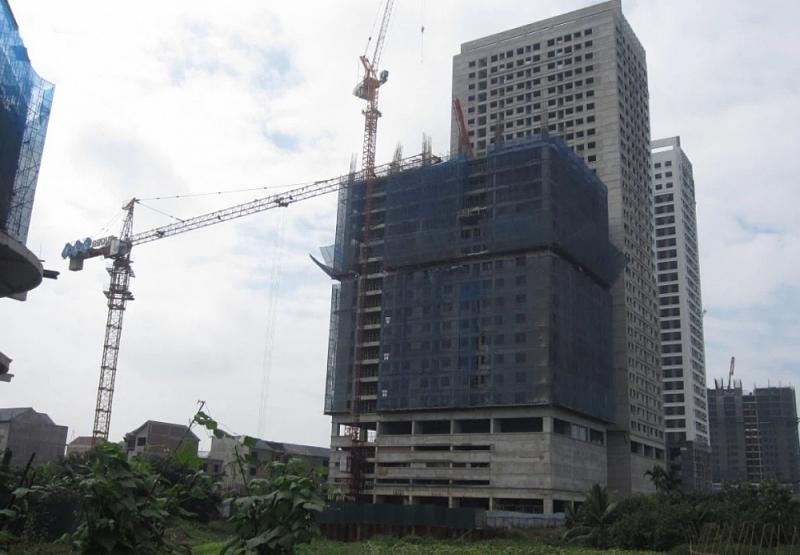 Tòa HH1 của dự án đang xây dở đến tầng thứ 18 thì bị đình chỉ thi công (tòa nhà dưới cùng bên tay phải). (Ảnh: Hiếu Quân)