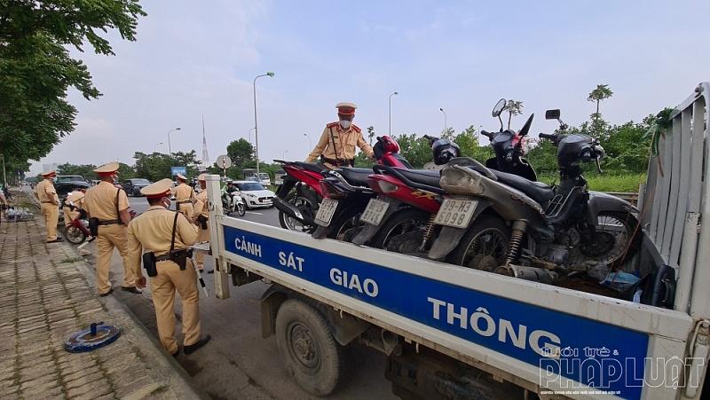 Xử lý nghiêm tình trạng xe mô tô đi vào phần đường ô tô trên đại lộ Thăng Long