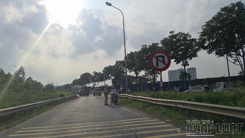 Xe mô tô đi vào đường dành cho xe ô tô trên đại lộ Thăng Long