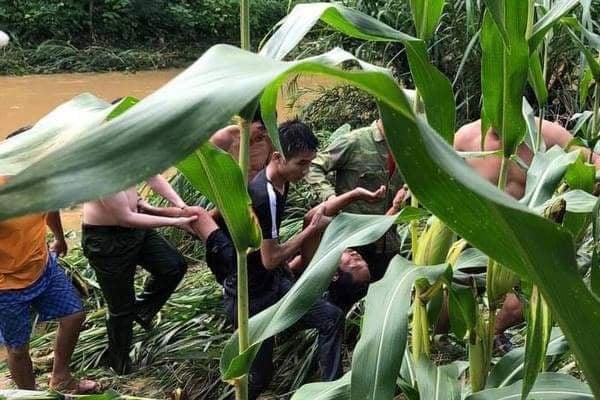 Phó trưởng Công an xã lao xuống dòng nước xiết cứu người