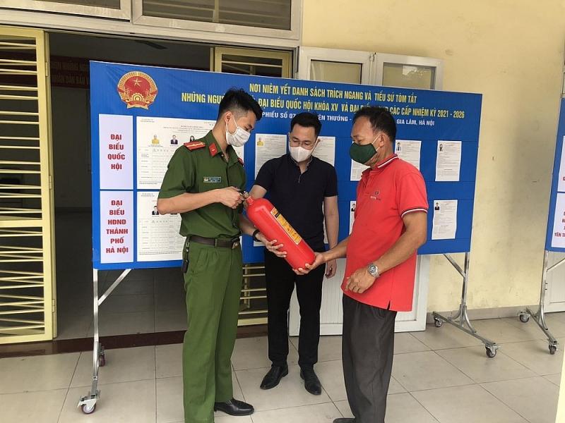 Lực lượng chức năng hướng dẫn người dân kiểm tra phương tiện chữa cháy tại chỗ