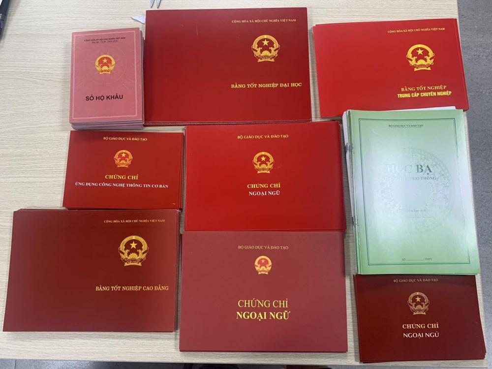 Khởi tố nhóm đối tượng làm giả gần 600 phôi tài liệu, giấy tờ