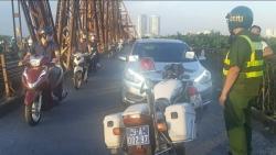 Phạt 45 triệu đồng với tài xế ô tô chở bạn gái lên cầu Long Biên hóng mát