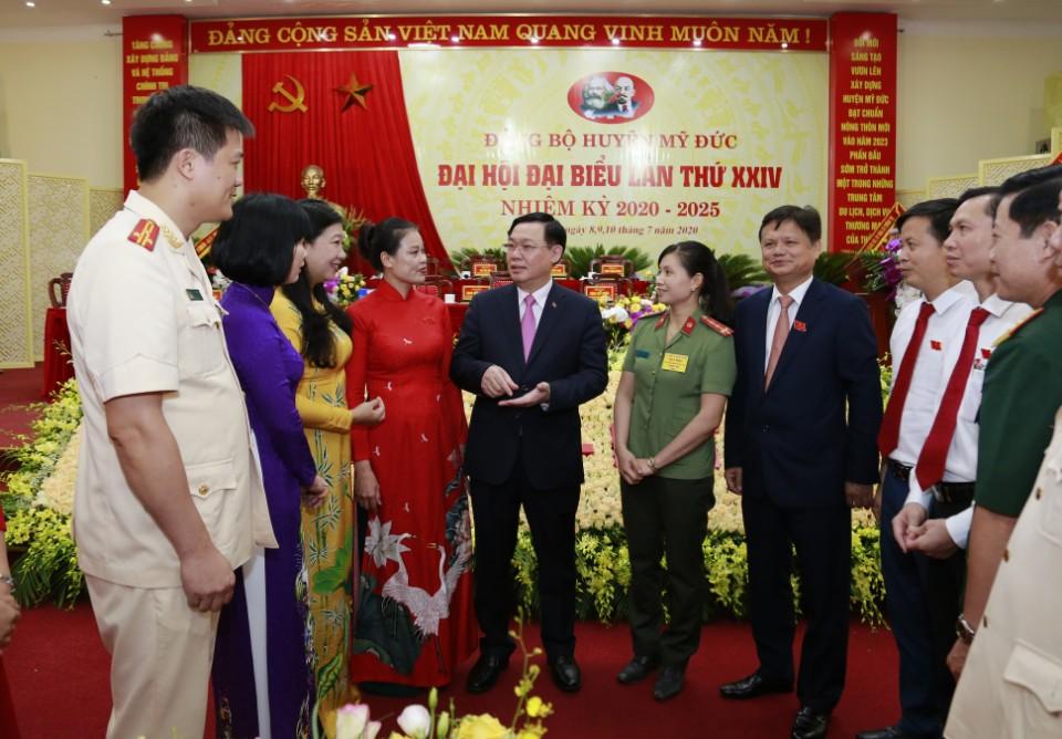Bí thư Thành ủy Vương Đình Huệ trò chuyện, trao đổi với các đại biểu bên lề Đại hội
