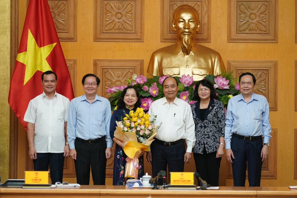Thủ tướng tặng hoa chức mừng đồng chí Trần Thị Hà đã hoàn thành xuất sắc nhiệm vụ, về nghỉ hưu theo chế độ