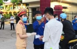 CSGT Bắc Giang cấp phát 5.000 lượt khẩu trang, nước và đảm bảo trật tự giao thông