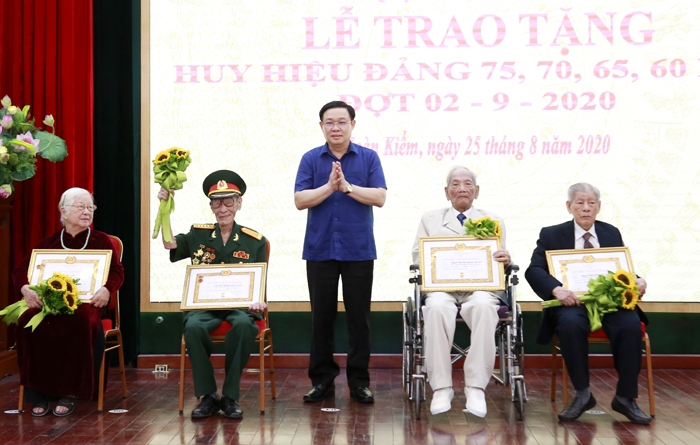 Bí thư Thành ủy Vương Đình Huệ trao Huy hiệu Đảng cho các đảng viên quận Hoàn Kiếm