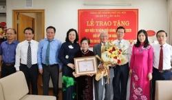 Trao Huy hiệu 70 năm tuổi Đảng cho hai đảng viên lão thành quận Cầu Giấy và Ba Đình