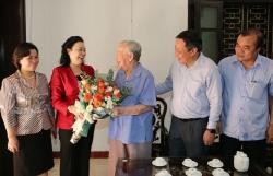 Phó Bí thư Thường trực Thành ủy Ngô Thị Thanh Hằng thăm các đồng chí lão thành cách mạng