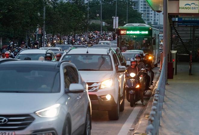 Phải tước bớt quyền ưu tiên của xe máy, ôtô