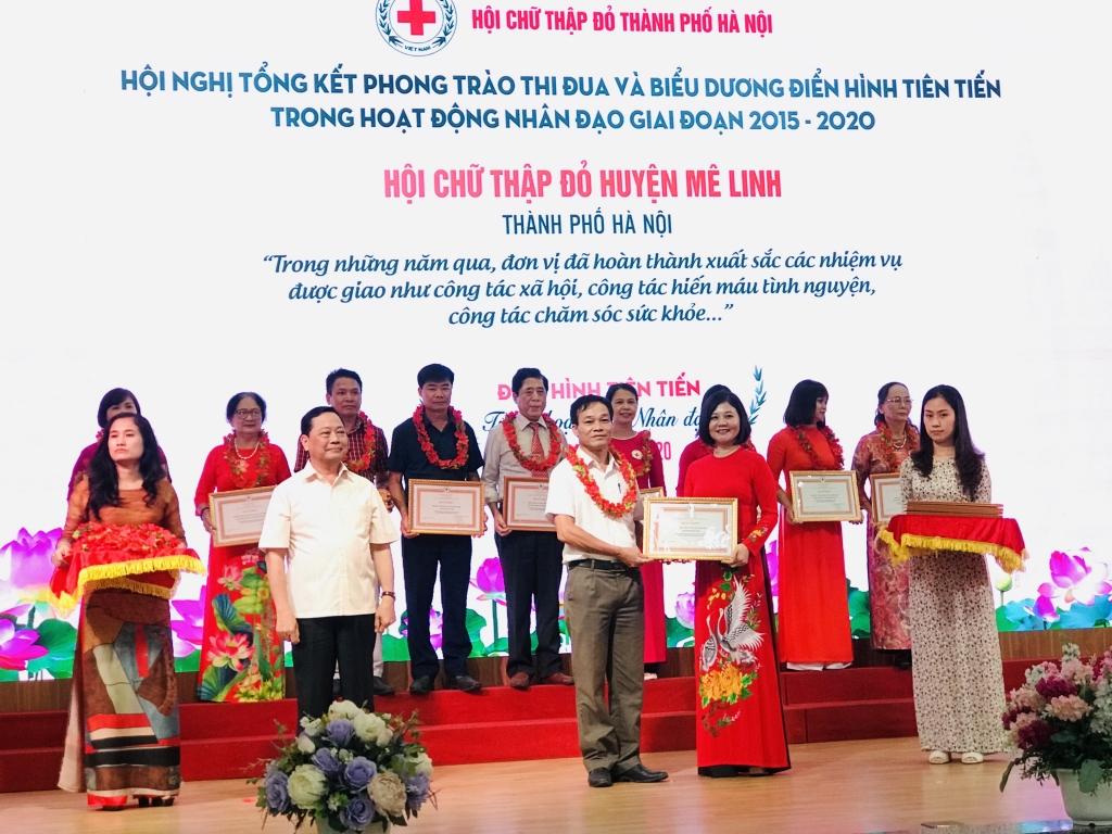 Nguyễn Kim Hoàng, Phó trưởng ban Dân vận Thành uỷ Hà Nội trao bằng khen tặng điển hình tiên tiến