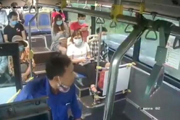 Xử lý người đàn ông nhổ nước bọt vào phụ xe buýt vì bị nhắc đeo khẩu trang