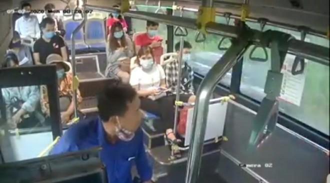 Xử lý người đàn ông nhổ nước bọt vào phụ xe buýt vì bị nhắc đeo khẩu trang ảnh 1