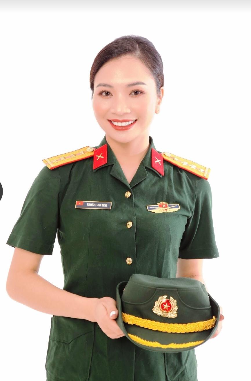 Nữ Đại úy Nguyễn Thị Kim Dung mang màu xanh áo lính đam mê sân khấu
