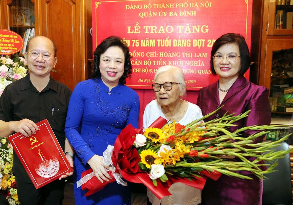 Phó Bí thư Thường trực Thành ủy Ngô Thị Thanh Hằng trao tặng Huy hiệu 75 năm tuổi Đảng và tặng hoa chúc mừng đảng viên lão thành Hoàng Thị Lam