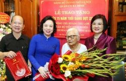 Phó Bí thư Thường trực Thành ủy Hà Nội trao Huy hiệu 75 năm tuổi Đảng cho bà Hoàng Thị Lam