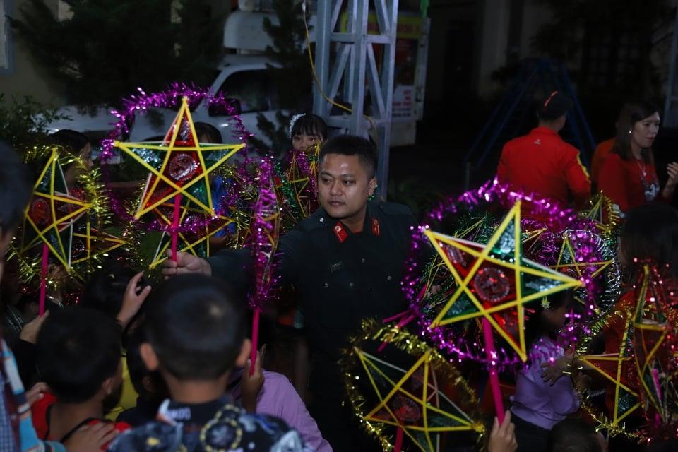 Các chiến sĩ Cảnh sát Cơ động (Công an thành phố Hà Nội) tặng quà cho các em nhỏ