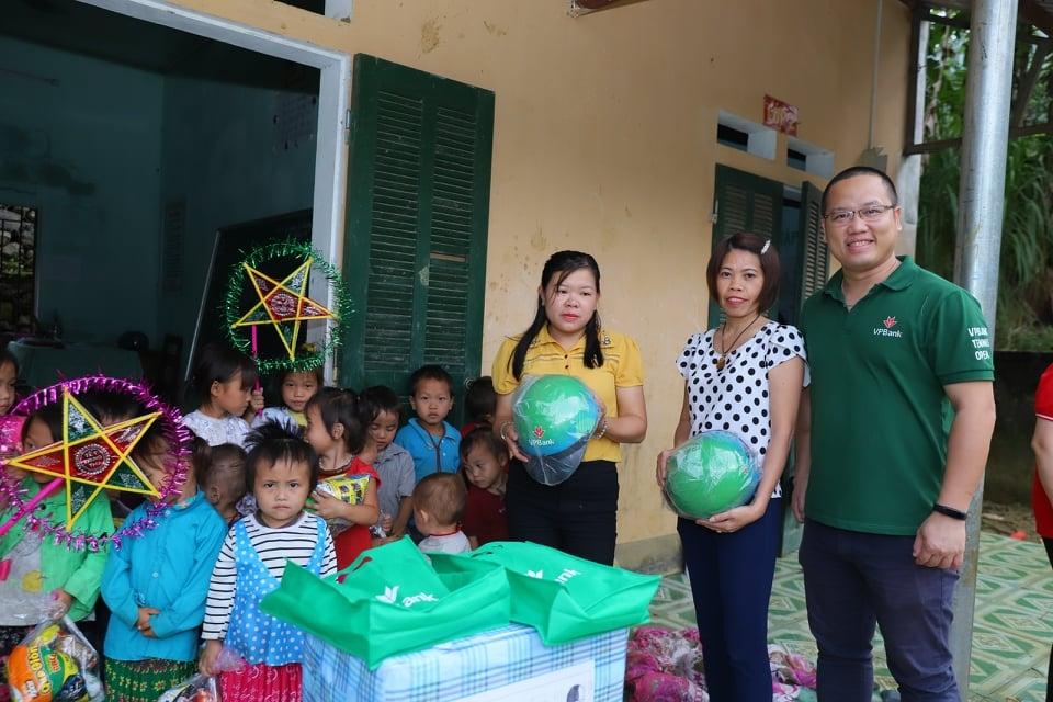 Những phần quà được nhóm chia sẻ yêu thương mang tới cho các em học sinh