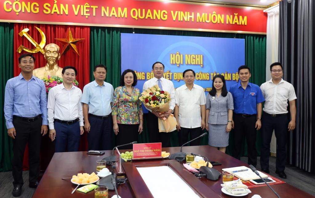 Các đồng chí đại biểu chúc mừng đồngchí Nguyễn Ngọc Việt