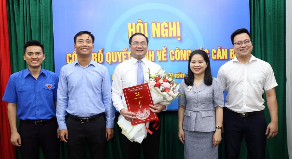 Tập thể Thường trực Thành đoàn Hà Nội tặng hoa chúc mừng đồng chí Nguyễn Ngọc Việt