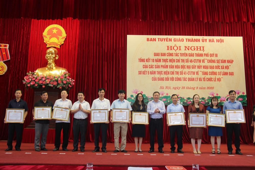 Đồng chí Nguyễn Văn Phong và lãnh đạo Ban Tuyên giáo Thành ủy Hà Nội đã trao Bằng khen của Ban Thường vụ Thành ủy Hà Nội và UBND thành phố Hà Nội cho các tập thể và cá nhân có thành tích xuất sắc trong thực hiện Chỉ thị số 46-CT/TƯ và Chỉ thị số 41-CT/TƯ