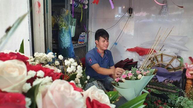 Những chàng trai cắm hoa kiếm 20 triệu đồng/tháng - ảnh 1