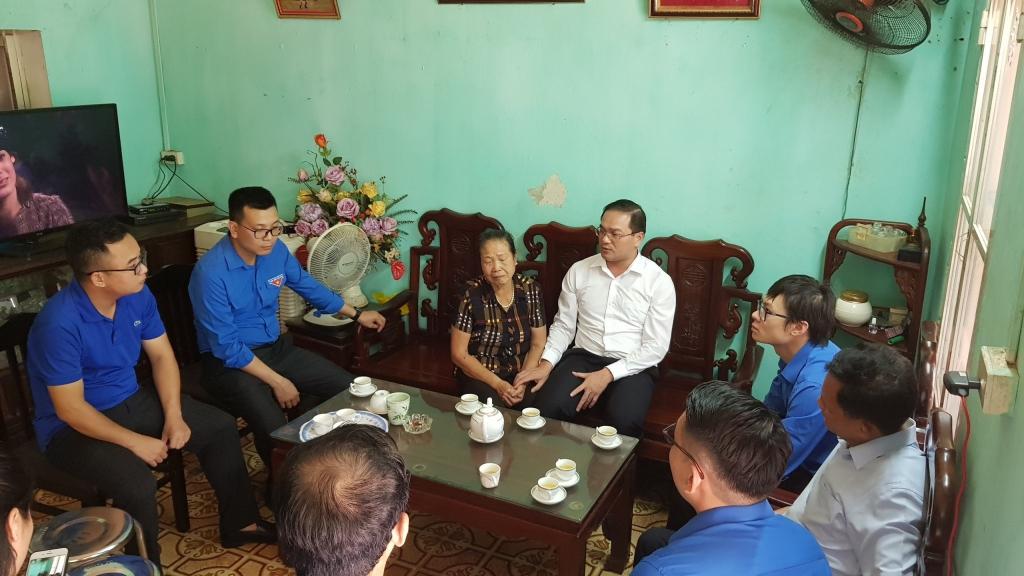Bí thư Huyện ủy Mỹ Đức Nguyễn Ngọc Việt cùng đoàn công tác thăm hỏi gia đình thân nhân chiến sĩ hi sinh