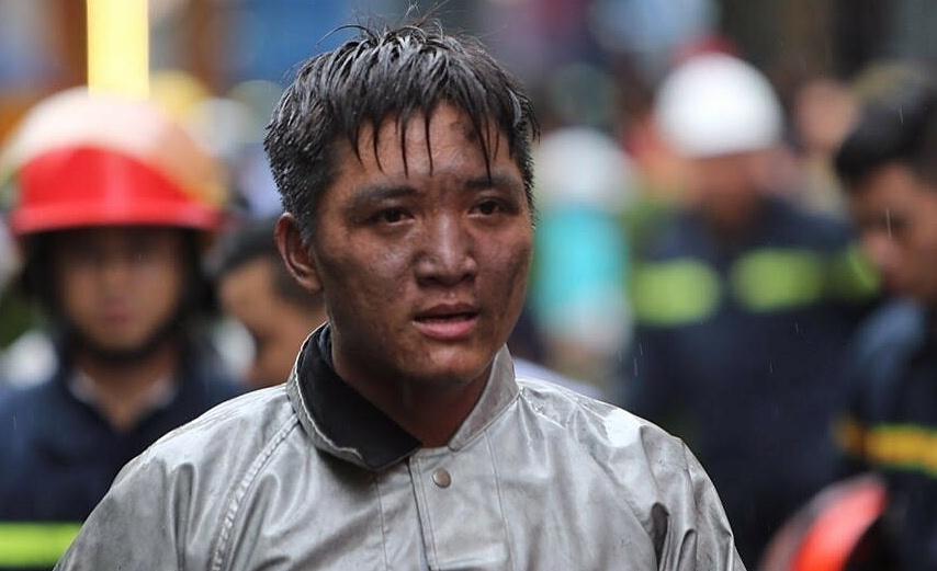 Cuộc giải cứu chàng trai trong đám cháy của lính cứu hỏa