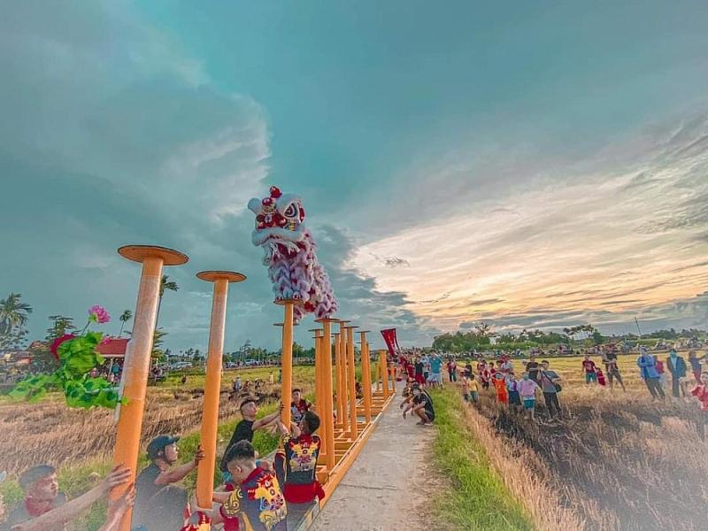 Biểu diễn múa Rồng trên Mai hoa thung  (ảnh Dinh Trấn Võ)