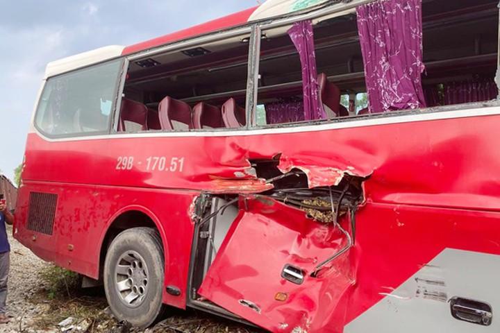 Cơ quan điều tra nêu quan điểm về vụ xe chở học sinh bị tàu hỏa húc văng tại Hà Nội