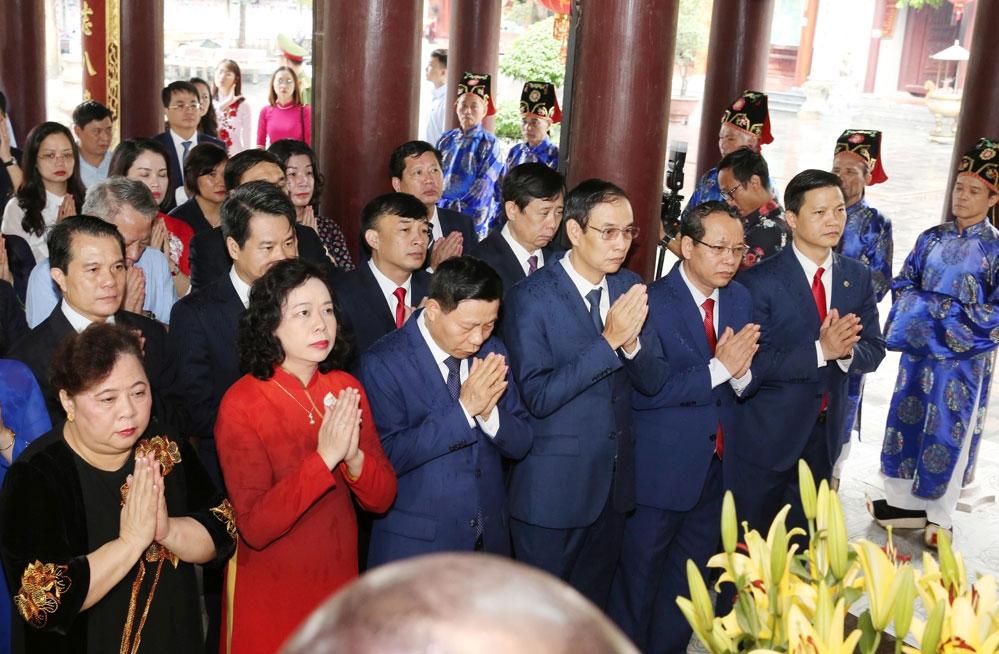 Đoàn đại biểu dâng hương tại di tích quốc gia đặc biệt đền Đô