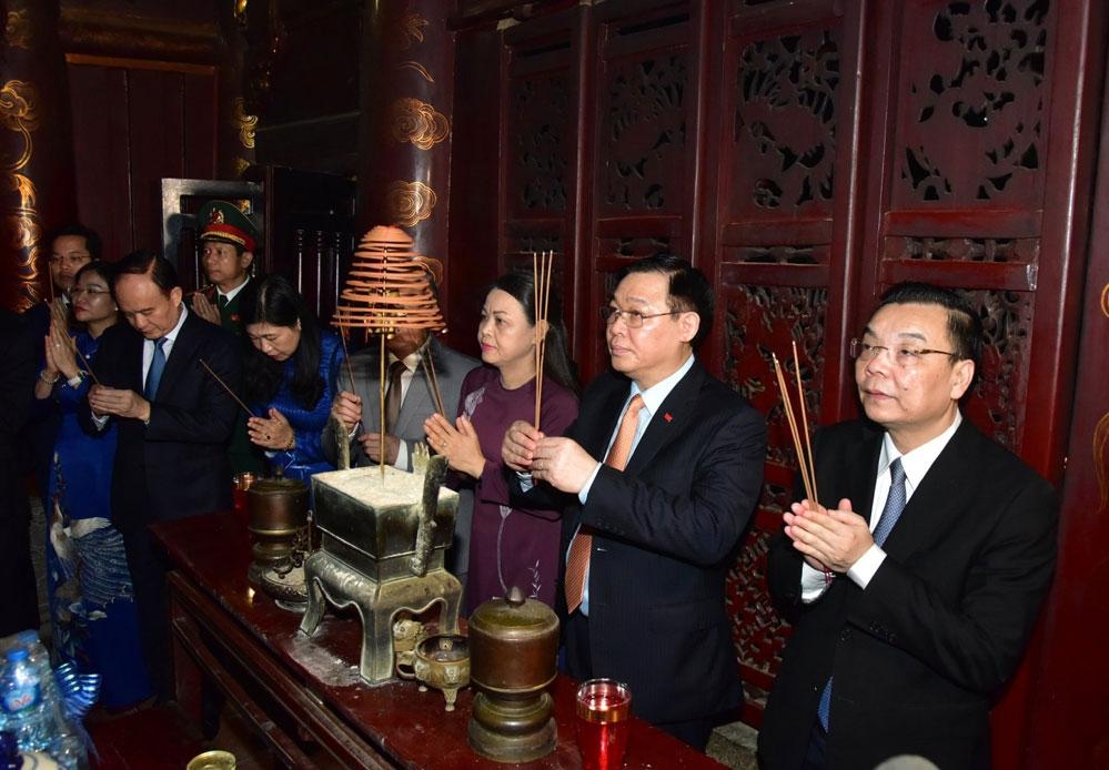 Đoàn đại biểu thành phố Hà Nội dâng hương tưởng nhớ Vua Đinh Tiên Hoàng tại đền thờ Đức vua Đinh Tiên Hoàng trong quần thể Khu di tích lịch sử văn hóa Cố đô Hoa Lư