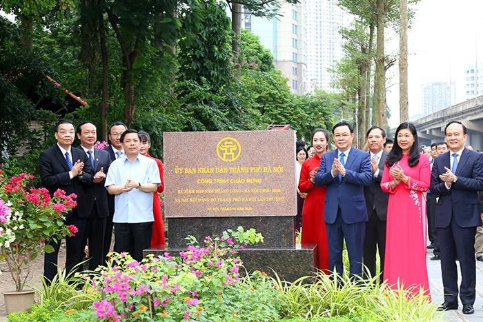 Lãnh đạo TP gắn biển công trình chào mừng Đại hội Đảng bộ TP Hà Nội