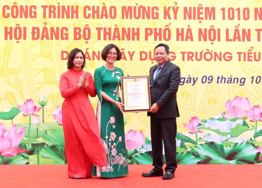 Trưởng ban Tuyên giáo Thành ủy Nguyễn Văn Phong trao Bằng công nhận công trình chào mừng kỷ niệm 1010 năm Thăng Long - Hà Nội và Đại hội đại biểu lần thứ XVII Đảng bộ thành phố Hà Nội cho Ban Giám hiệu nhà trường.