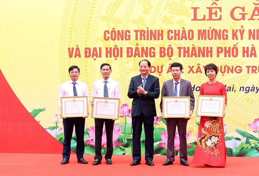 Phó Chủ tịch UBND thành phố Nguyễn Doãn Toản trao Bằng khen cho các tập thể, cá nhân