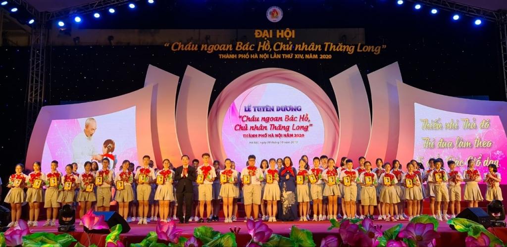 Đồng chí CHu Ngọc Anh, Chu Ngọc Anh Ủy viên Ban Chấp hành Trung ương Đảng, Chủ tịch thành phố Hà Nội và đồng chí  Nguyễn Thị Tuyến trao thưởng cho các đại biểu cháu ngoan Bác Hồ
