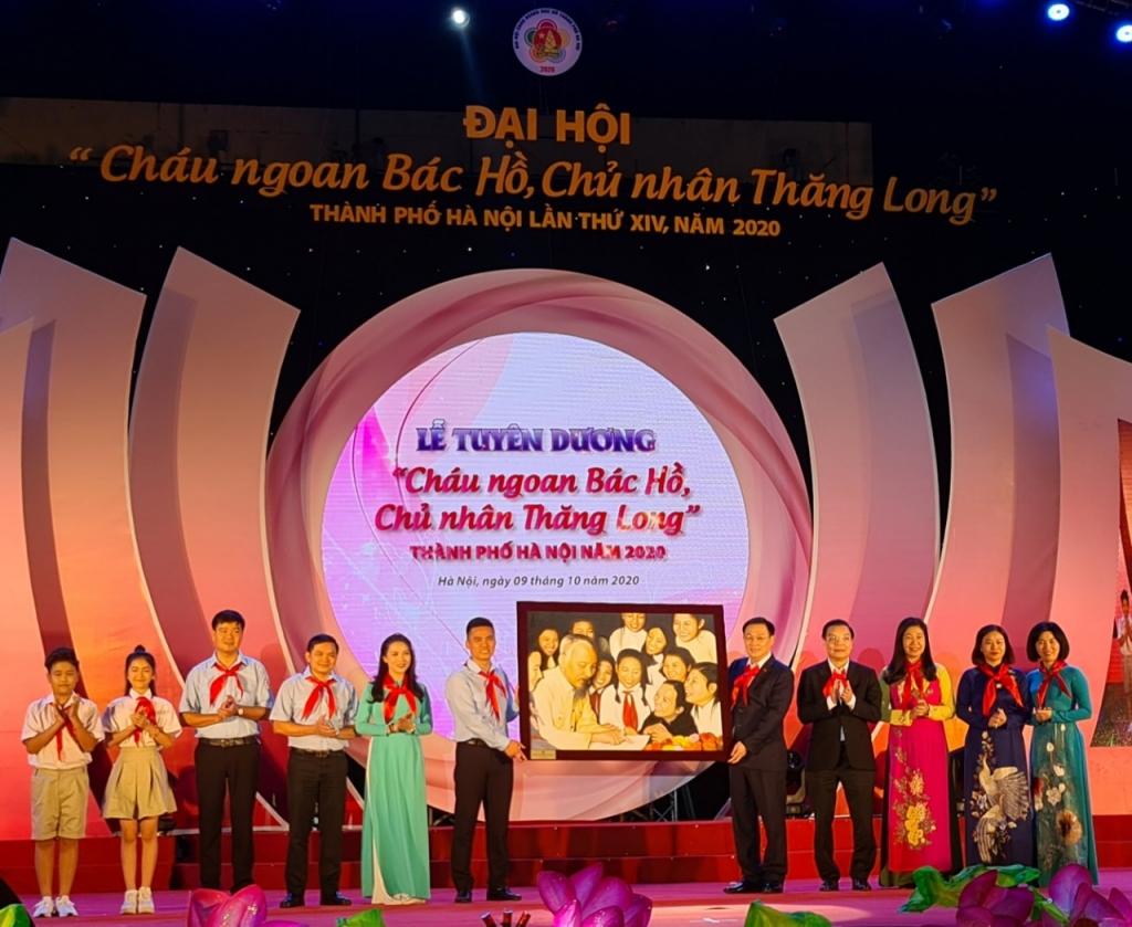 Bí thư Thành ủy Hà Nội trao tặng bức tranh Bác Hồ với thiếu nhi cho thiếu nhi Thủ đô